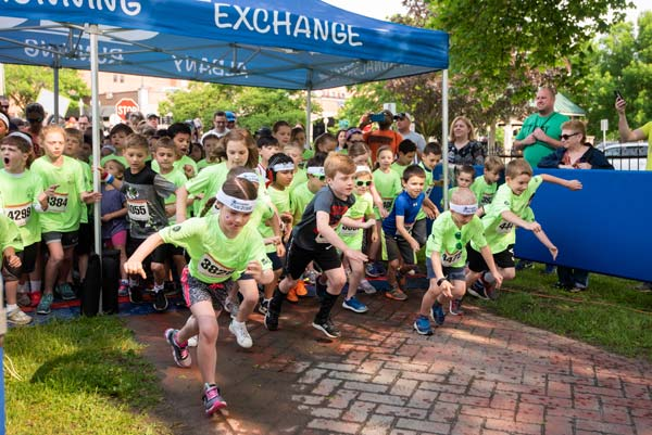 children at Cantina Fun Run starting line